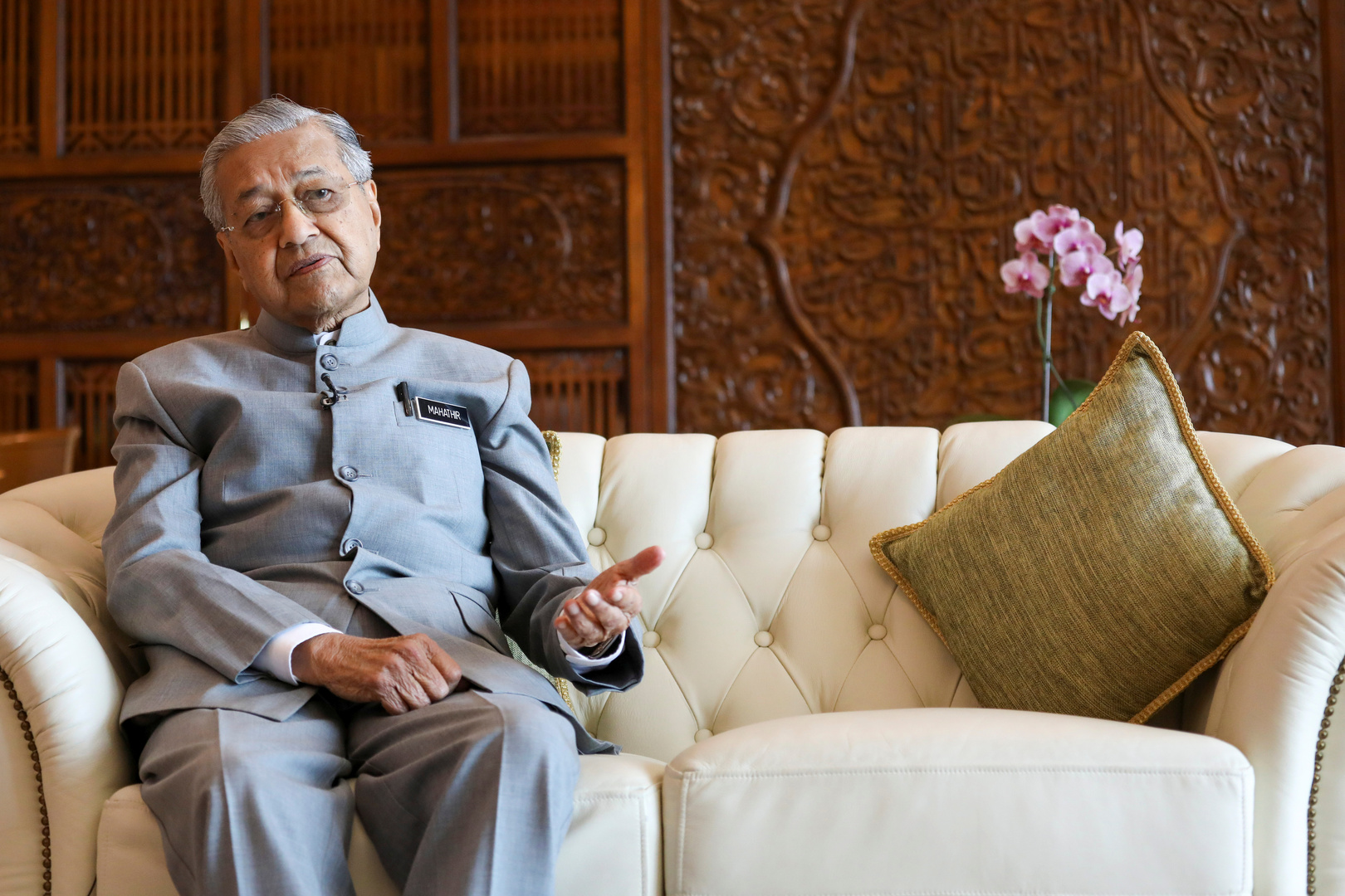 مهاتير يتعهد بترك رئاسة وزراء ماليزيا لأنور لكن ليس قبل قمة