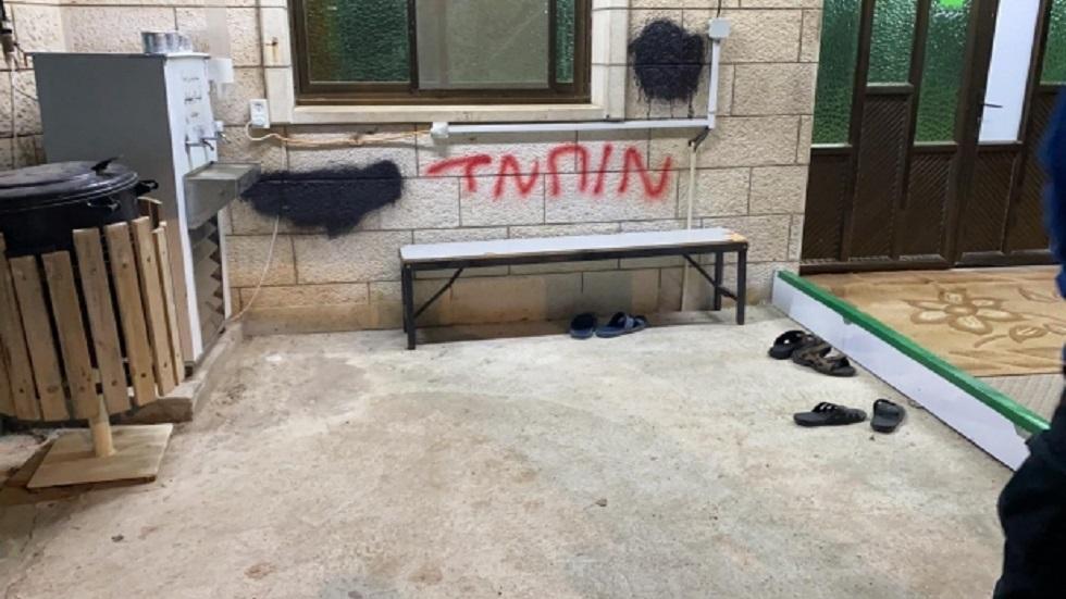 عصابات من المستوطنين تدنس مسجدا في القدس بعبارات عنصرية مسيئة