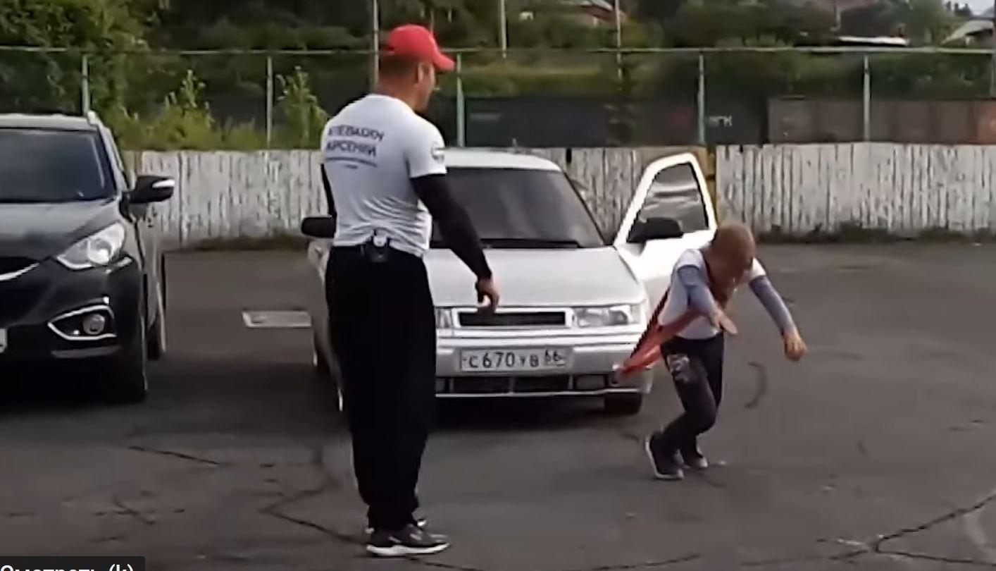 عضلات الطفولة يجسدها صبي عمره 11 سنة بجر سيارة
