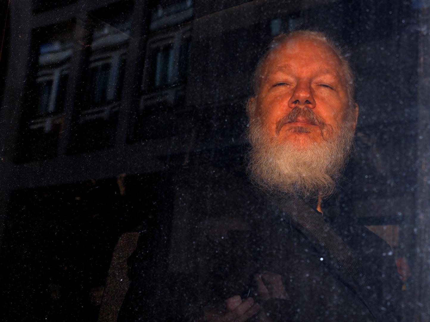 محامو أسانج يحتجون على منعهم من الوصول إليه وموسكو تحذر من