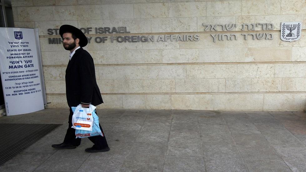 متدين يهودي يمر مبنى وزارة الخارجية الاسرائيلية
