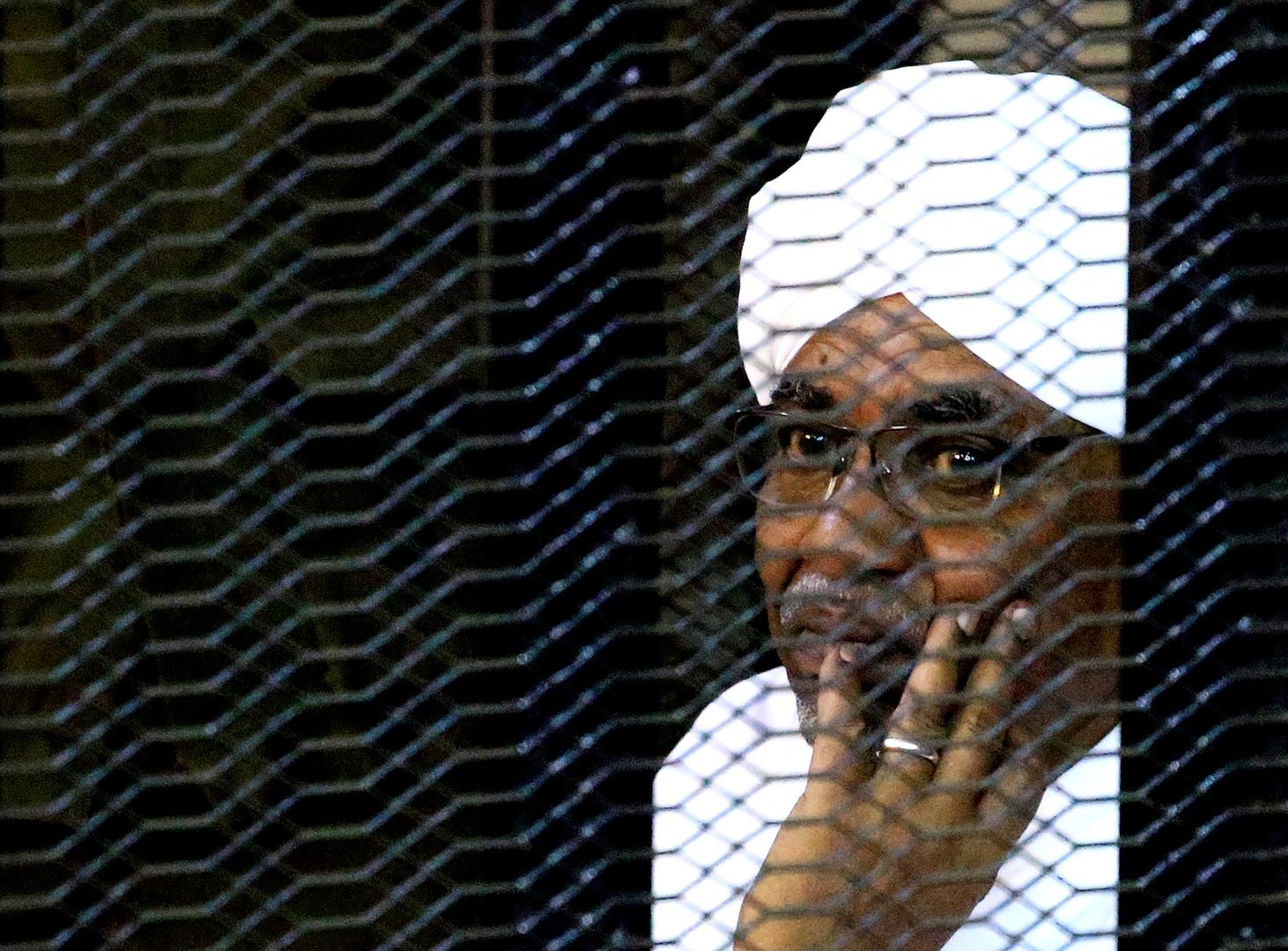 الرئيس السوداني المعزول عمر البشير أثناء محاكمته
