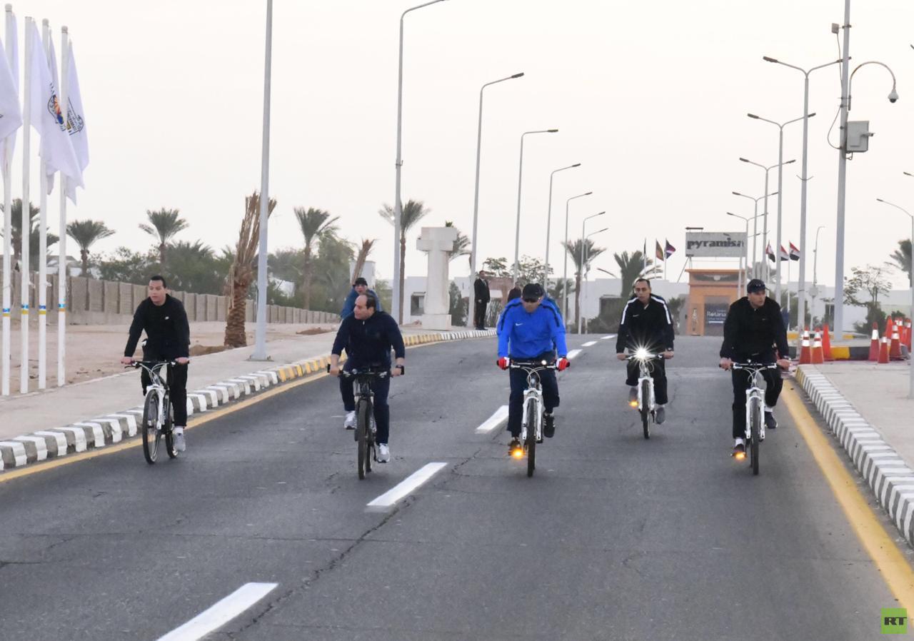 جولة تفقدية بالدراجة للسيسي في شرم الشيخ (صور) -