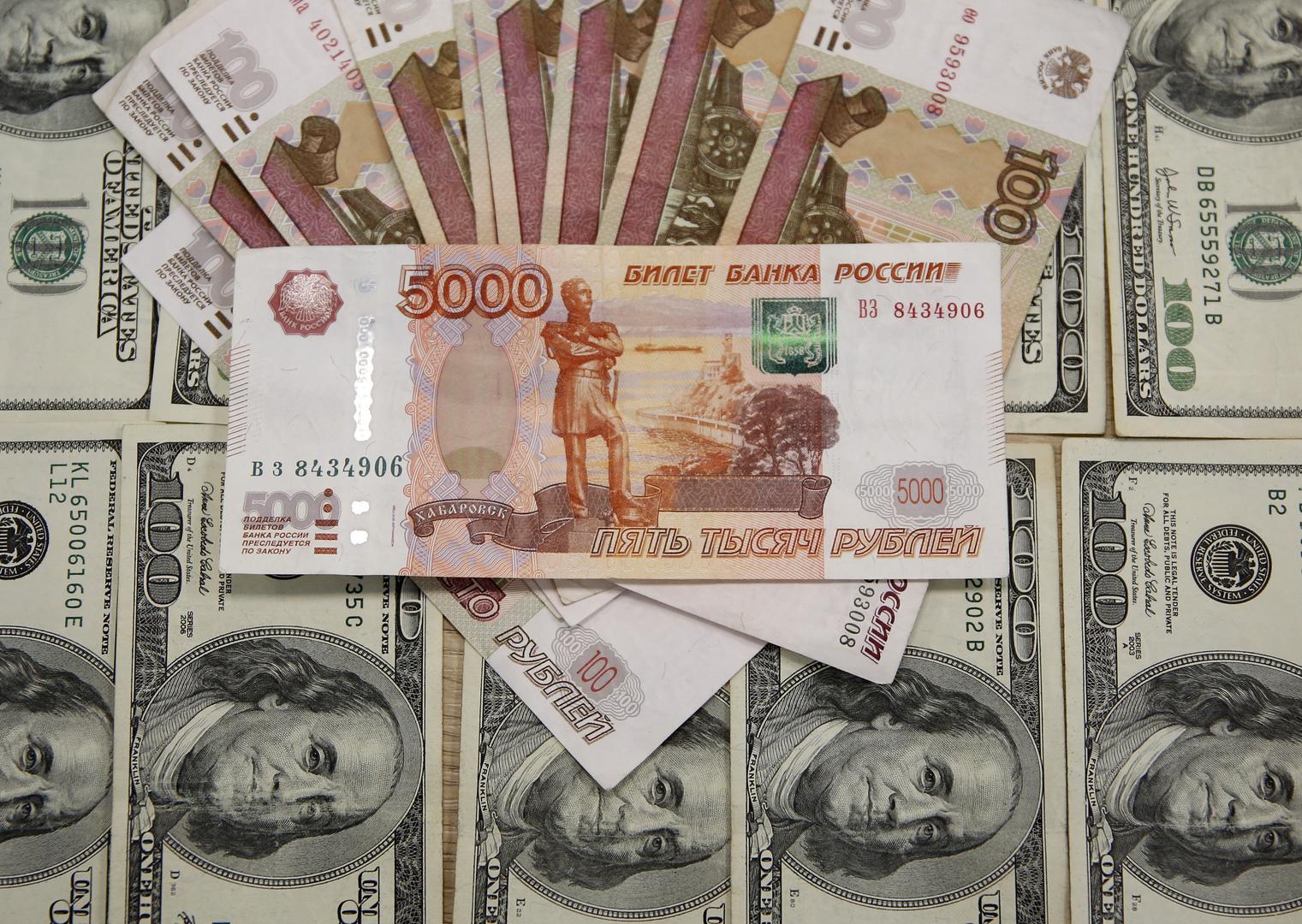 عملات روبل روسي على خلفية عملات دولار أمريكي