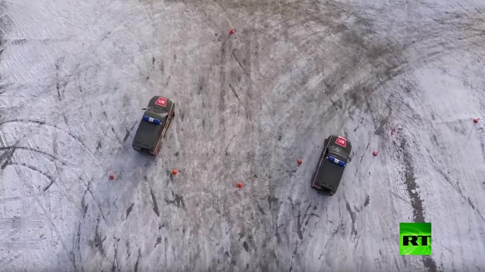 الشرطة العسكرية الروسية تقدم عرضا متميزا عى طريق متجمد