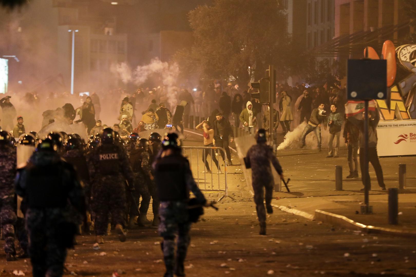 صدامات عنيفة بين المتظاهرين وقوات مكافحة الشغب وسط بيروت