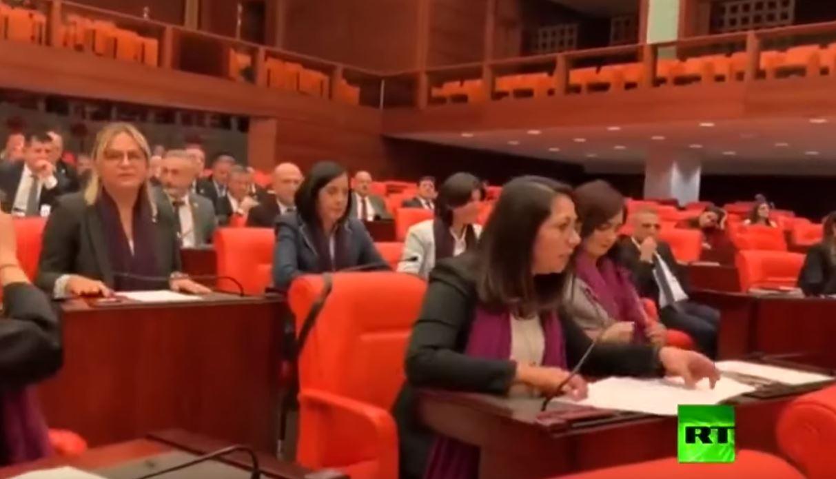 نائبات يرددن أغنية داخل البرلمان التركي