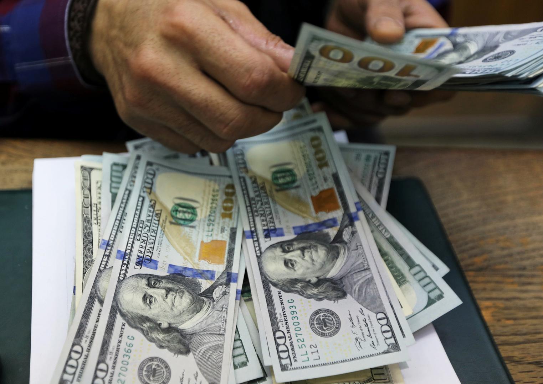الدولار ينخفض أمام الجنيه في مصر
