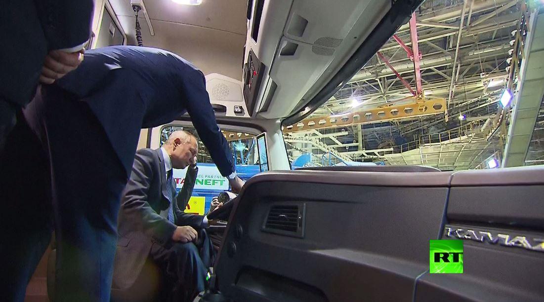 فيديو جديد يظهر الرئيس بوتين وهو يتعرف على مميزات شاحنة كاماز-2020