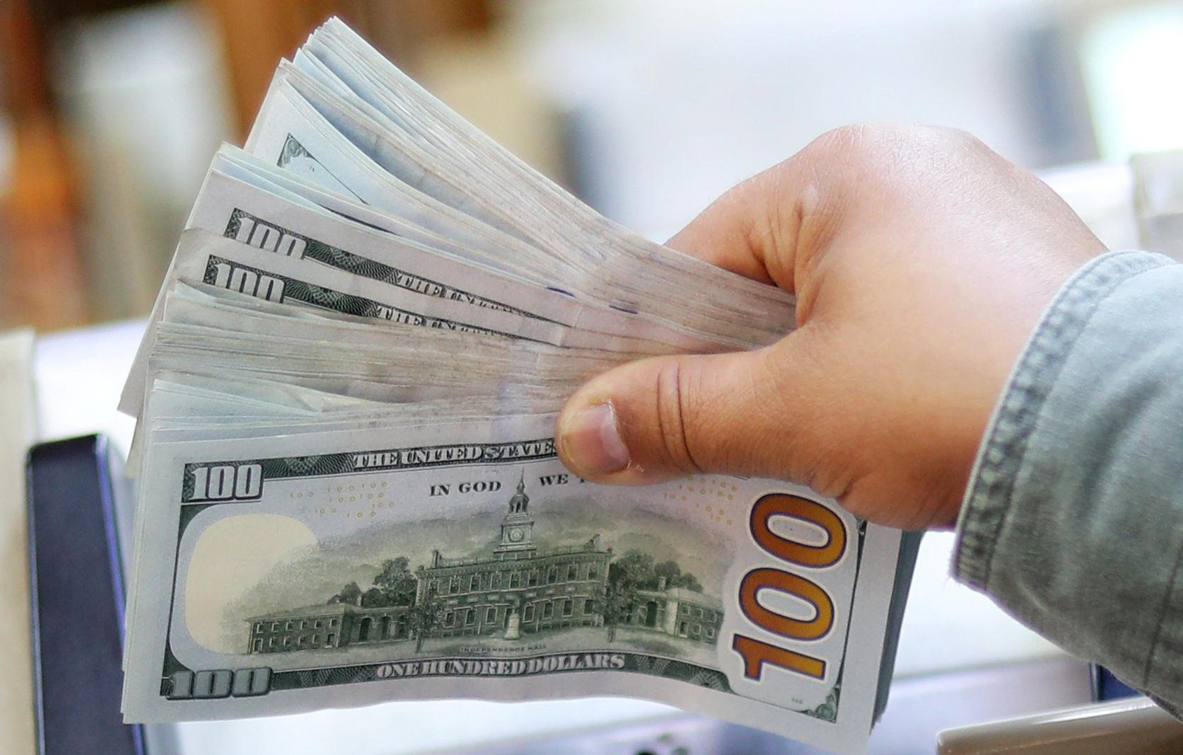 خبير اقتصادي يكشف سبب انخفاض الدولار المفاجئ في مصر لأول مرة منذ 2017