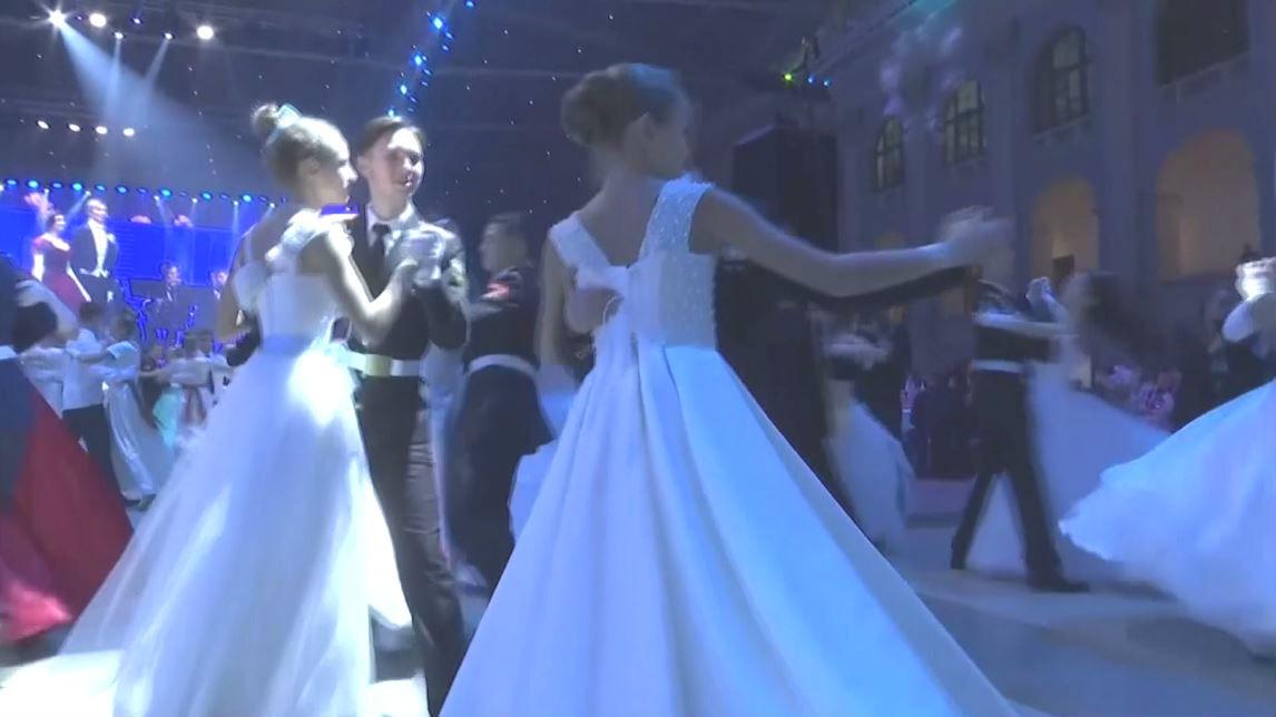 شاهد.. حفلة رقص خيرية يشارك في تلاميذ مدارس عسكرية روسية
