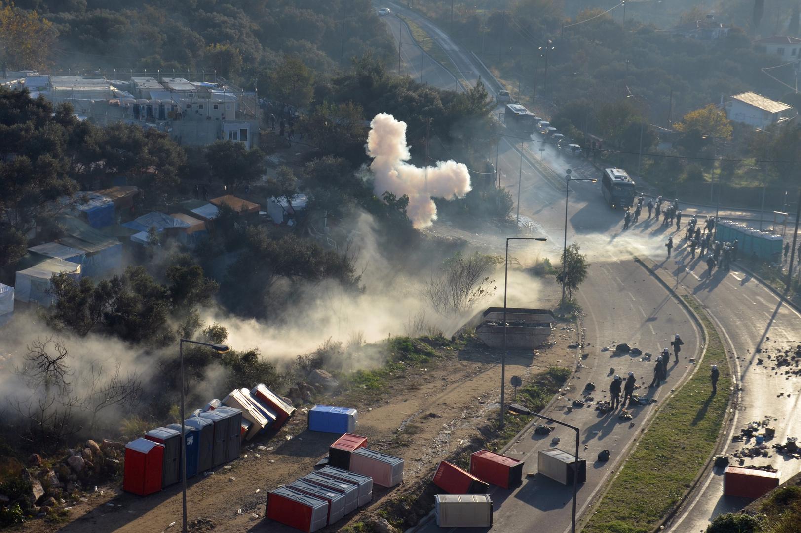 دخان ناجم عن  الغاز المسيل للدموع  بالقرب من مخيم للاجئين والمهاجرين، أثناء الاشتباكات بين المهاجرين وشرطة مكافحة الشغب ، في جزيرة ساموس