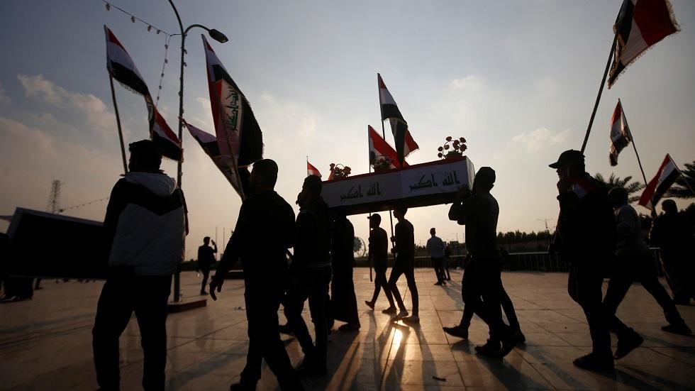 محتجون عراقيون يحملون نعشا رمزيا لضحايا الاحتجاجات
