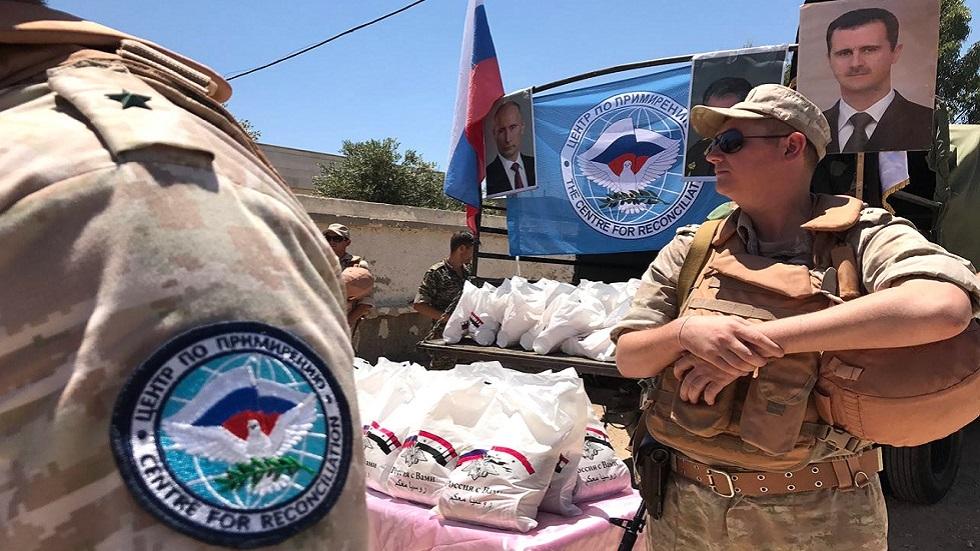 عسكريون روس يوزعون المساعدات الإنسانية في سوريا (صورة أرشيفية)