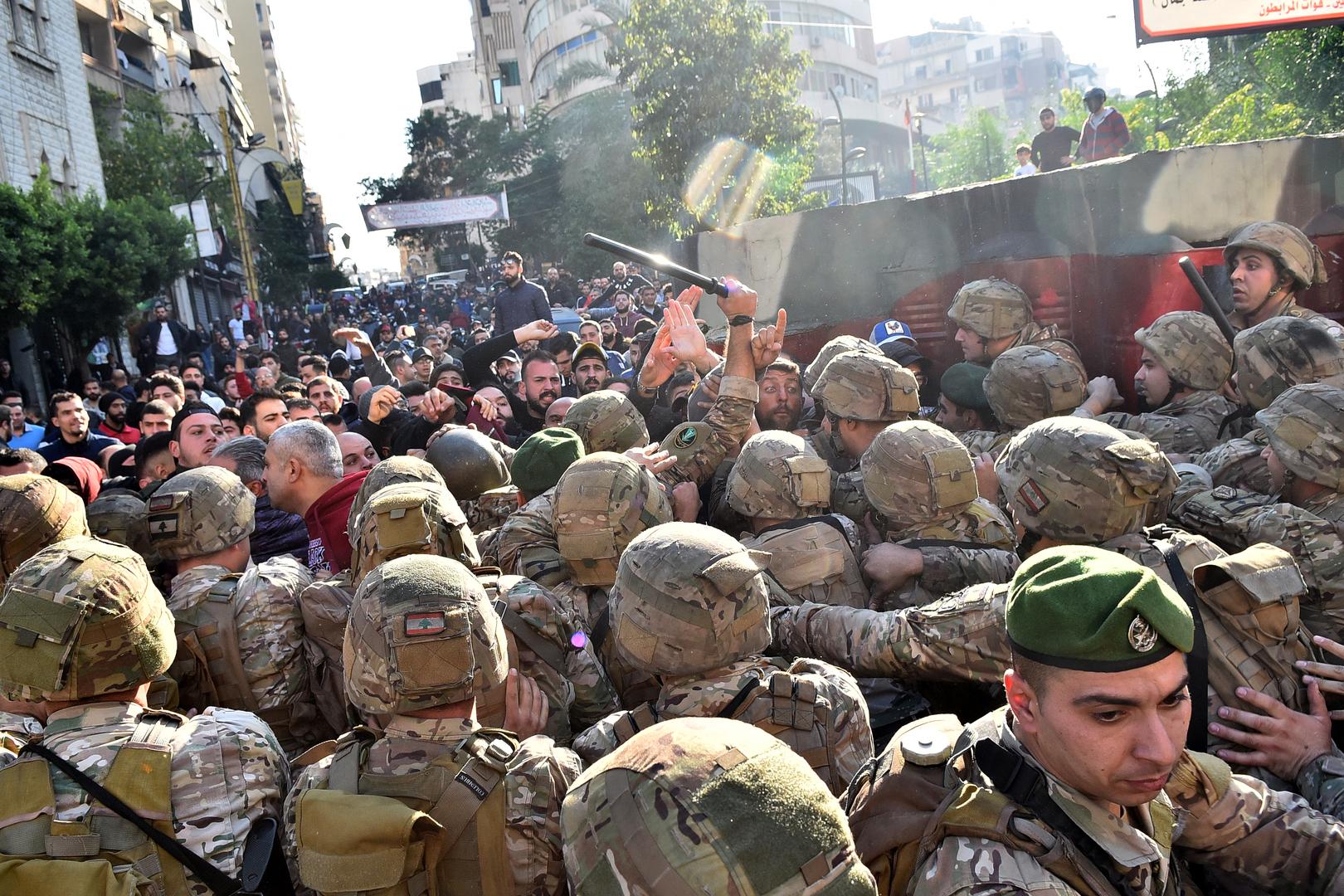 مراسلنا: مواجهات بين الجيش والمحتجين على تكليف دياب في بيروت