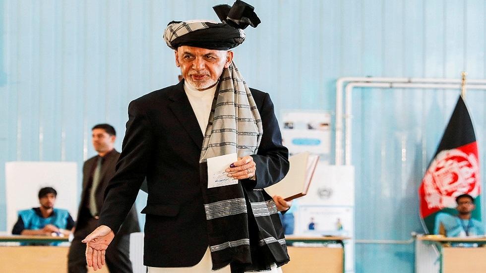 الرئيس الأفغاني أشرف غني يدلي بصوته في انتخابات 28 سبتمبر