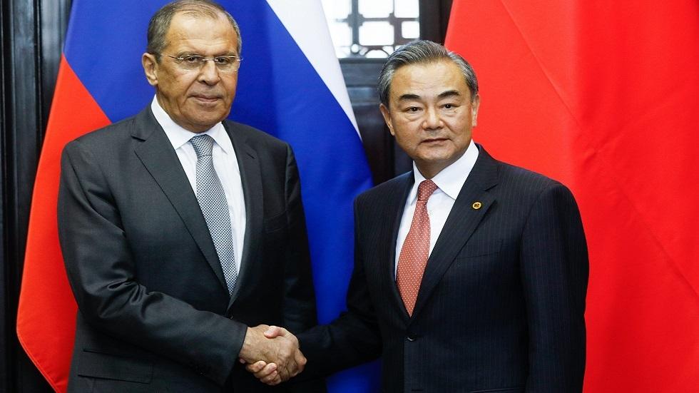 وزير الخارجية الروسي سيرغي لافروف ونظيره الصيني فانغ يي خلال الاجتماع الوزاري لمجموعة