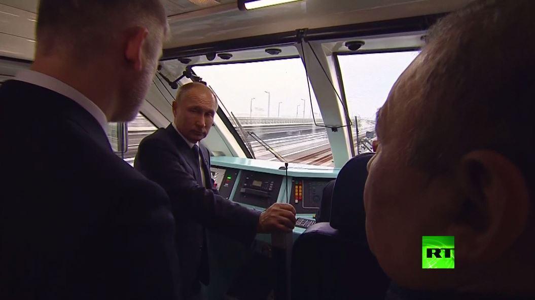 بوتين في قمرة قيادة ثاني قطار يعبر من روسيا إلى القرم منذ 145 عاما