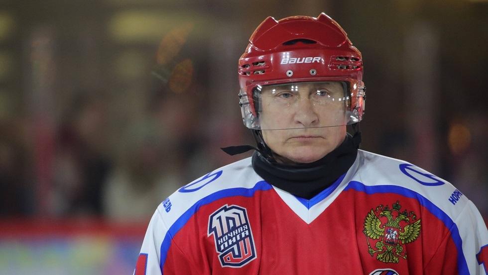 شاهد.. بوتين يلعب هوكي الجليد في الساحة الحمراء