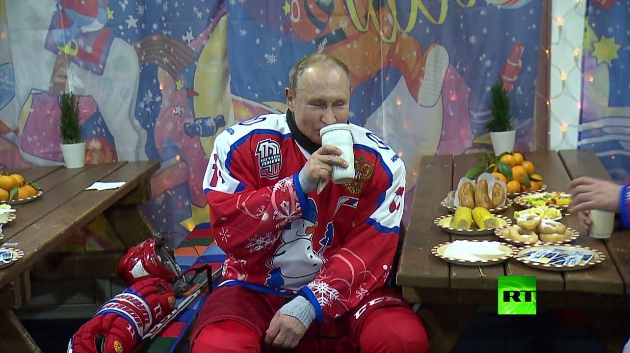 بعد مواجهة ساخنة.. بوتين يشرب من كوبه الشهير ويأكل الذرة