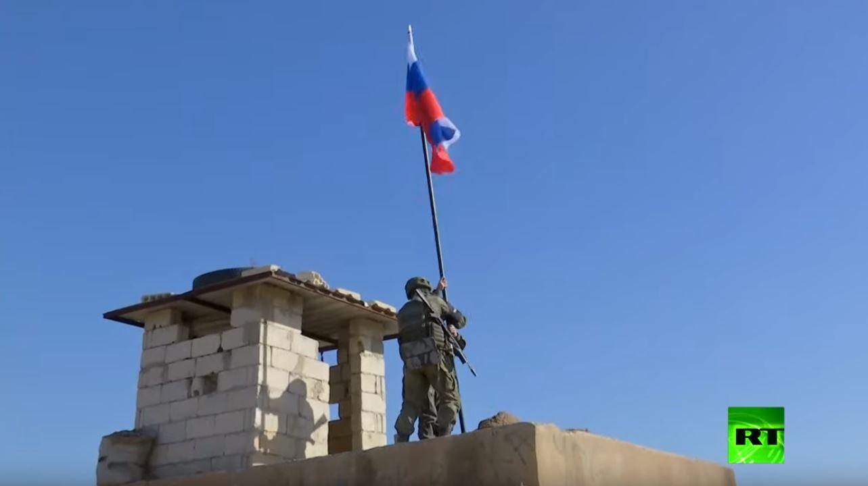 العلم الروسي يرفرف فوق نقطة مراقبة أمريكية في سوريا