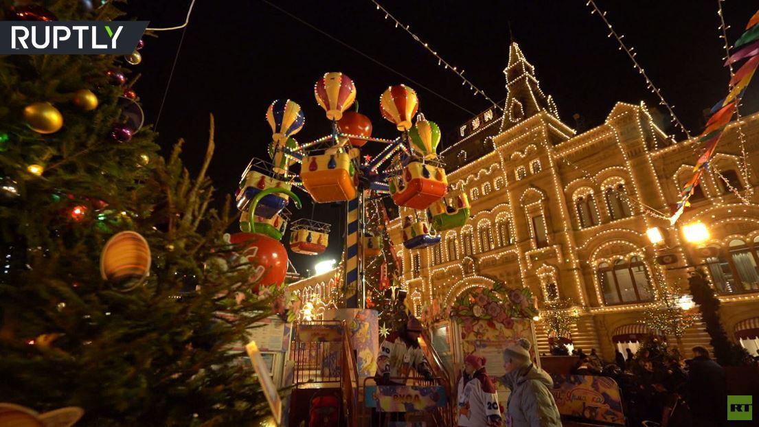 في غياب الثلوج.. أضواء عيد رأس السنة تزين موسكو