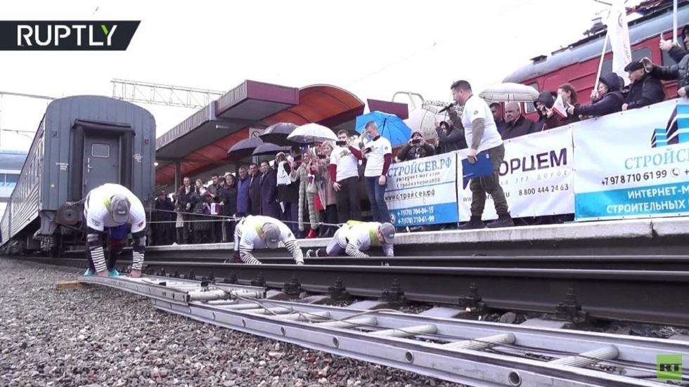 شاهد.. ثلاثة أبطال يجرون قطارا يزن 100 طن!