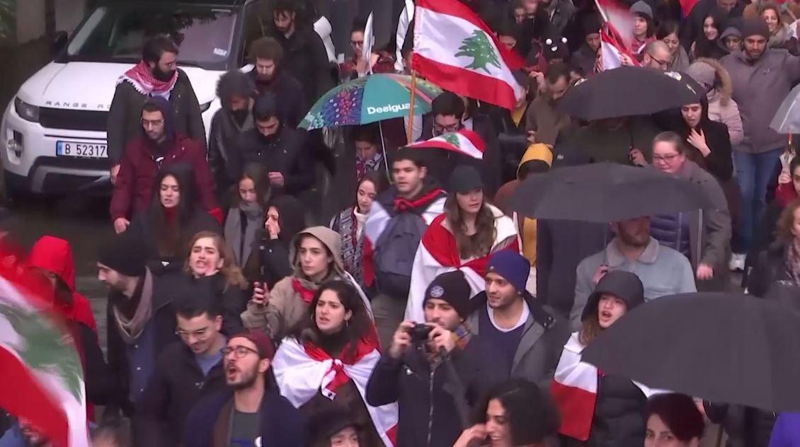 لبنان.. أزمة سياسية وغياب لمظاهر الأعياد