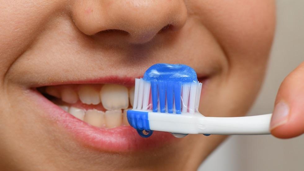 الأخطاء الشائعة عند تنظيف الأسنان
