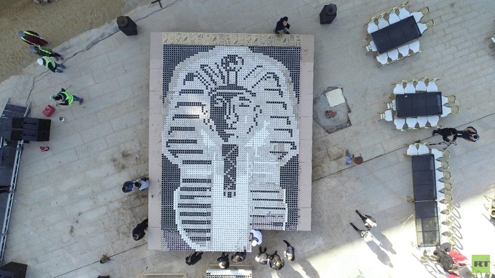 لوحة فنية لقناع الملك توت عنخ آمون تدخل موسوعة