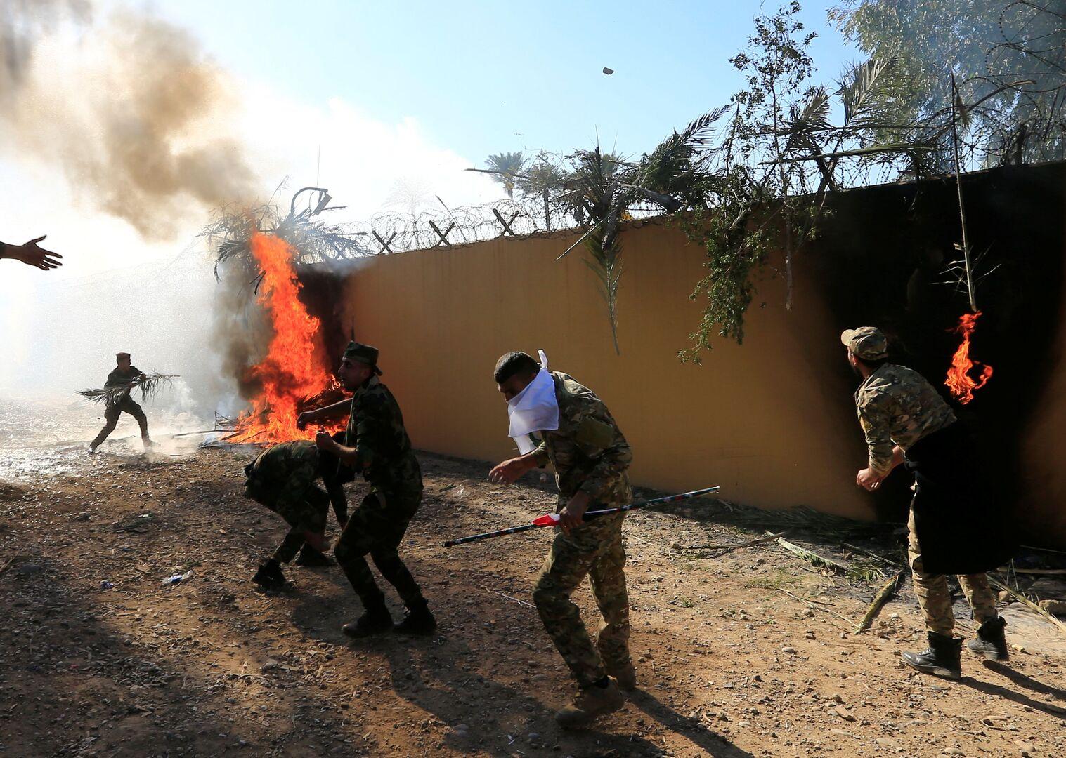 اقتحام السفارة الأمريكية في بغداد.. 62 جريحا بين المحتجين ونشر قوات عراقية خاصة بمحيط البعثة