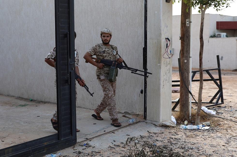 إذاعة فرنسية: هبوط 4 طائرات تحمل مقاتلين سوريين في مطار معيتيقة الليبي