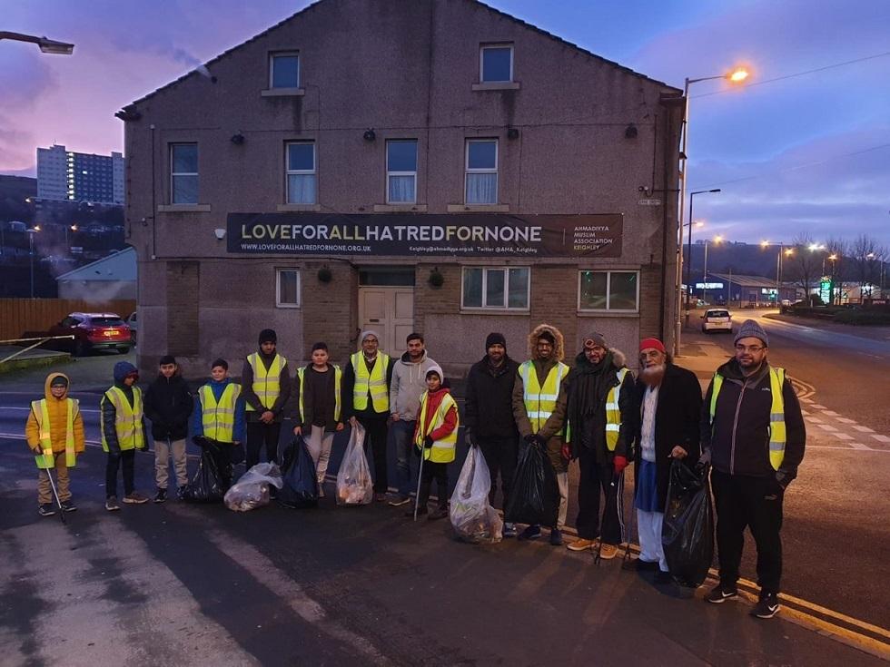 أكثر من 1500 شاب مسلم ينظفون شوارع بريطانيا بعد احتفالات رأس السنة (صور)