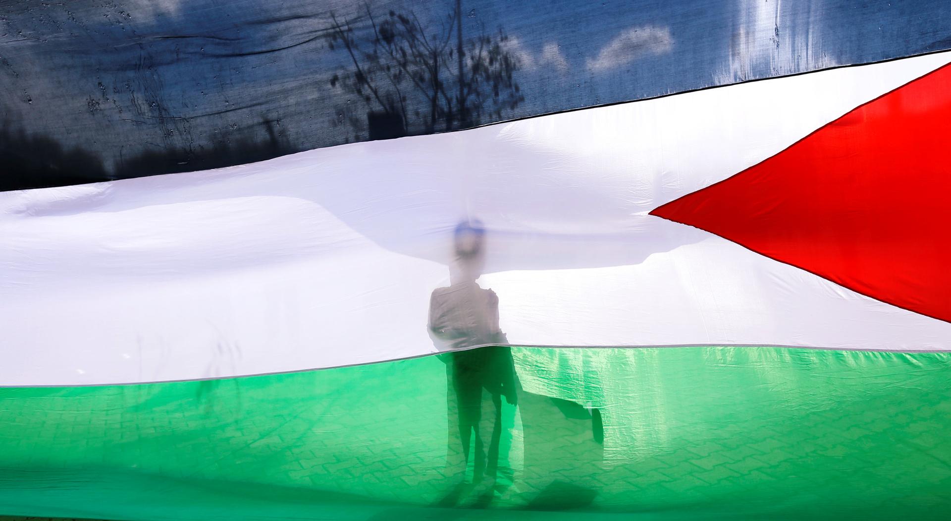 بالفيديو.. علم فلسطيني ضخم في قلب القدس القديمة