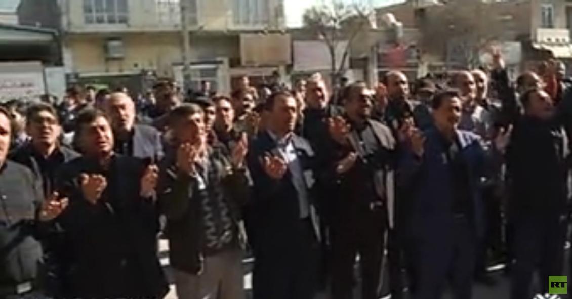 تجمع أهالي مدينة كرمان أمام منزل والد قاسم سليماني