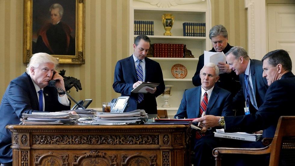 الرئيس الأمريكي دونالد ترامب يجري مكالمة هاتفية مع نظيره الروسي فلاديمير بوتين في 28  يناير عام 2017 بحضور كبار المسؤولين، بينهم مستشاره للأمن القومي مايكل فلين (في أقصى اليمين)