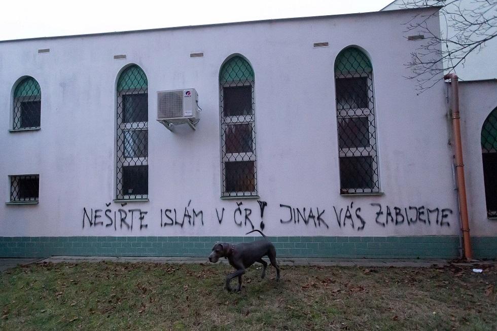 العبارات العنصرية على جدران المسجد في التشيك