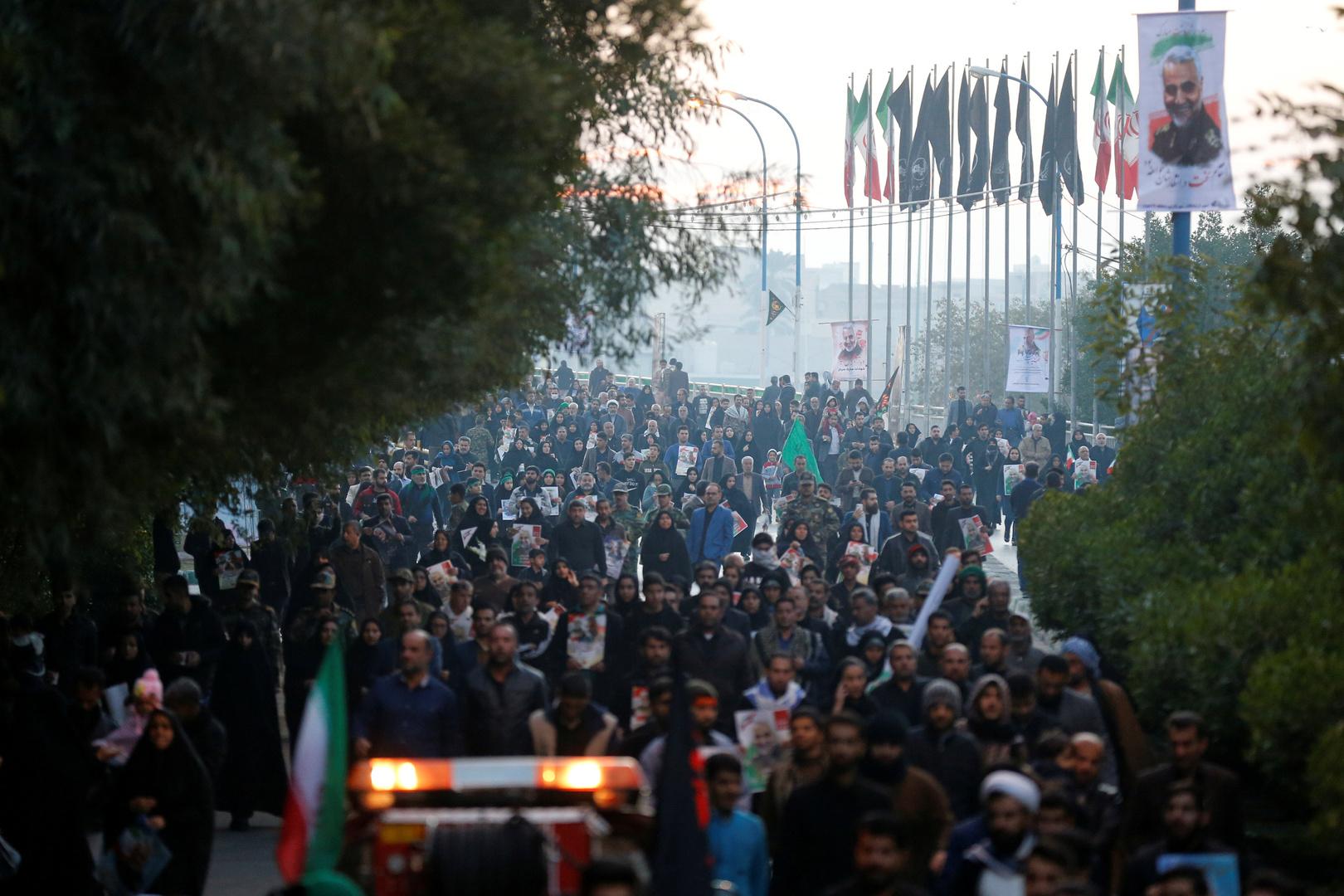 العراق.. قتلى وجرحى بهجوم متظاهرين على موكب لتشييع المهندس وسليماني