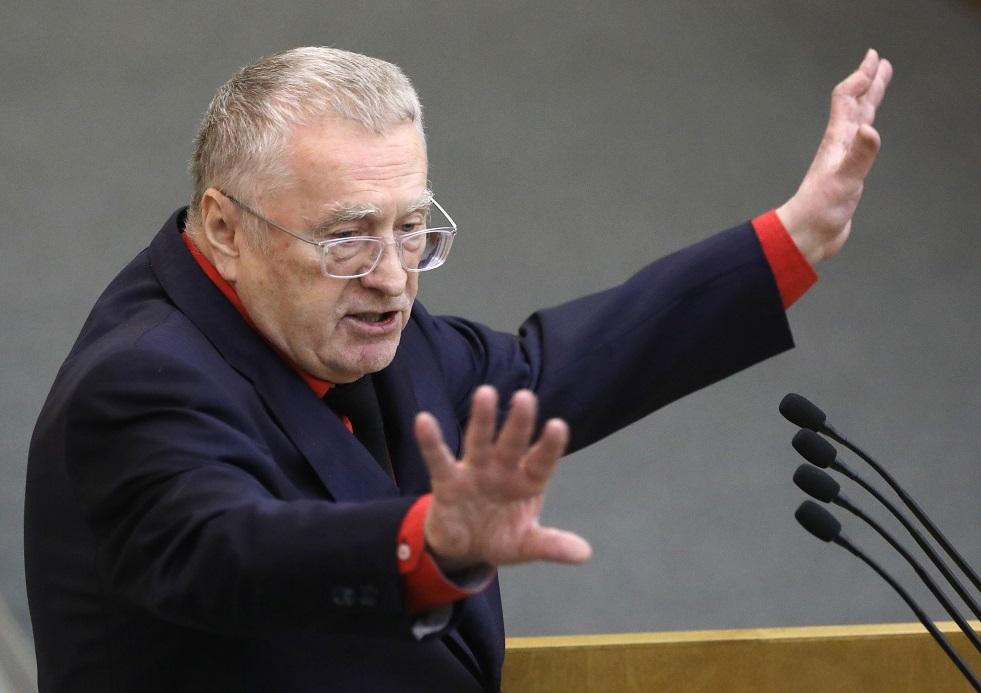 جيرينوفسكي يوزع المال في الساحة الحمراء بموسكو