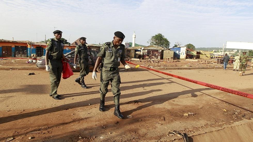 عناصر من الأمن النيجيري يفحصون موقع تفجير (صورة أرشيفية)