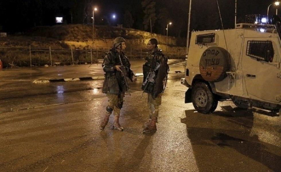 جندي إسرائيلي يلقي ثعبانا داخل سيارة فلسطينية