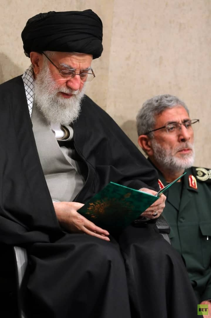 خلف سليماني يظهر جالسا إلى جانب المرشد الإيراني (صور)