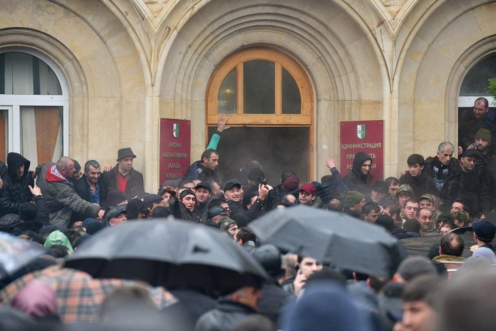 برلمان أبخازيا يدعو الرئيس للاستقالة على خلفية الاحتجاجات واقتحام مكتبه