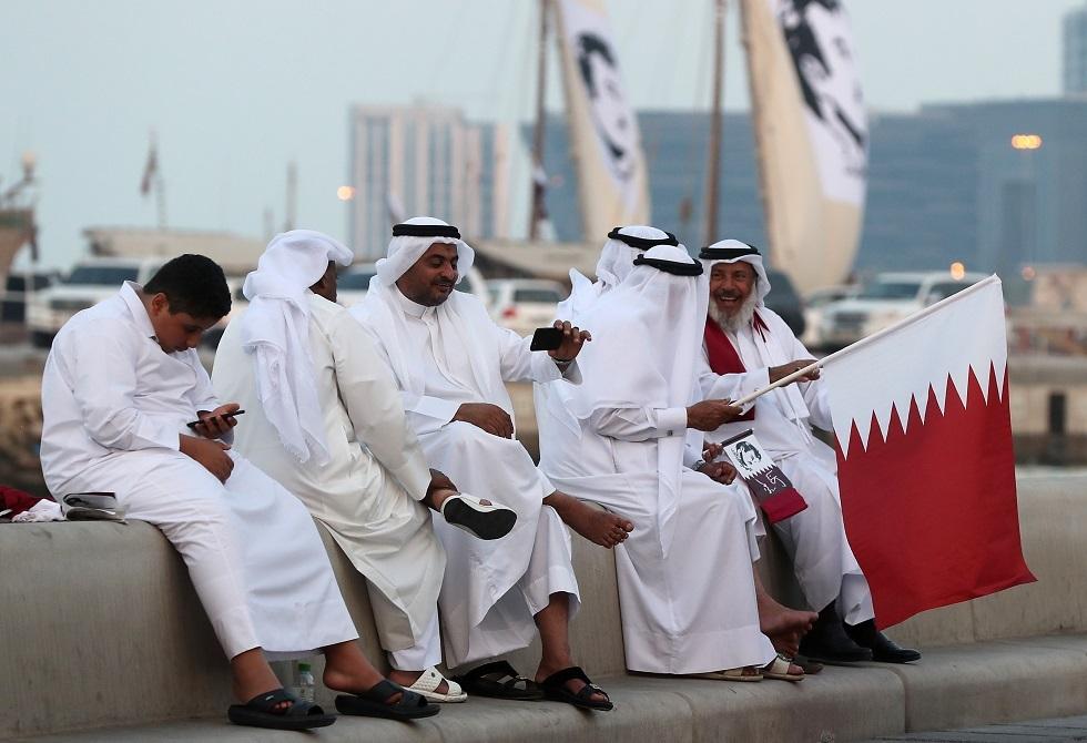 مواطنون يرفعون العلم القطري