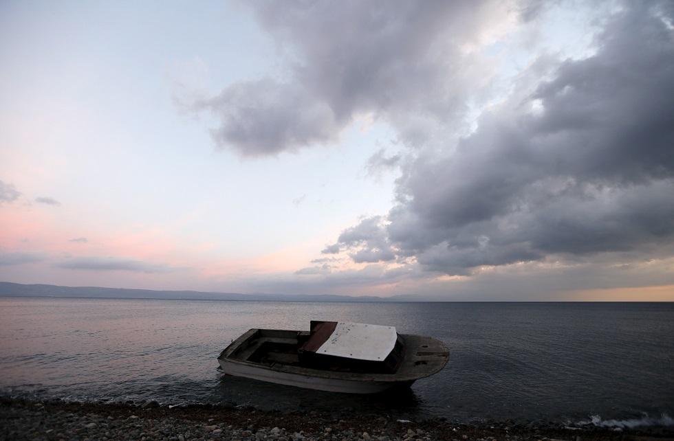 مصرع وإنقاذ عشرات المهاجرين جراء غرق قاربهم قبالة جزيرة يونانية