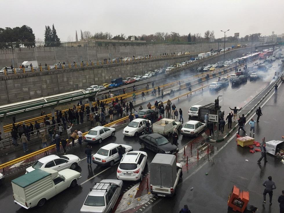 تغريدات: المحتجون يخرجون مجددا في إيران ويهتفون ضد السلطات