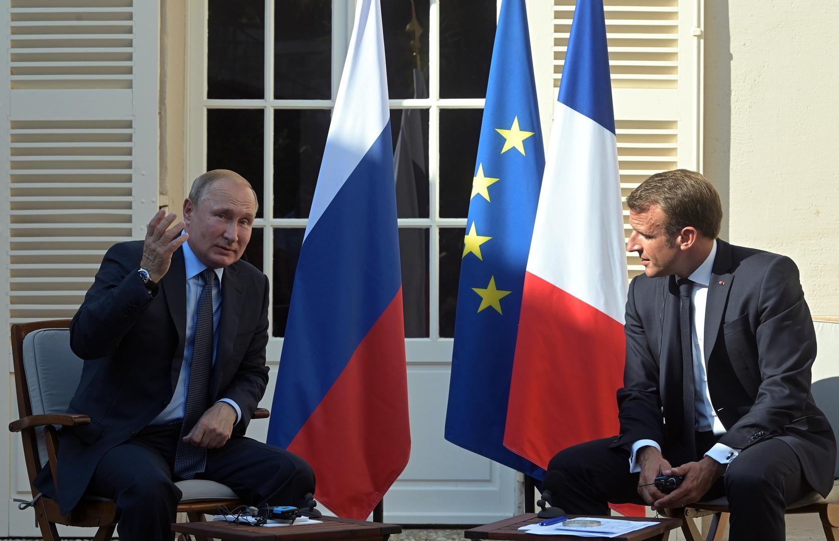 بوتين وماكرون يؤكدان استعداد بلديهما للمساهمة في تسوية الأزمة الليبية سياسيا