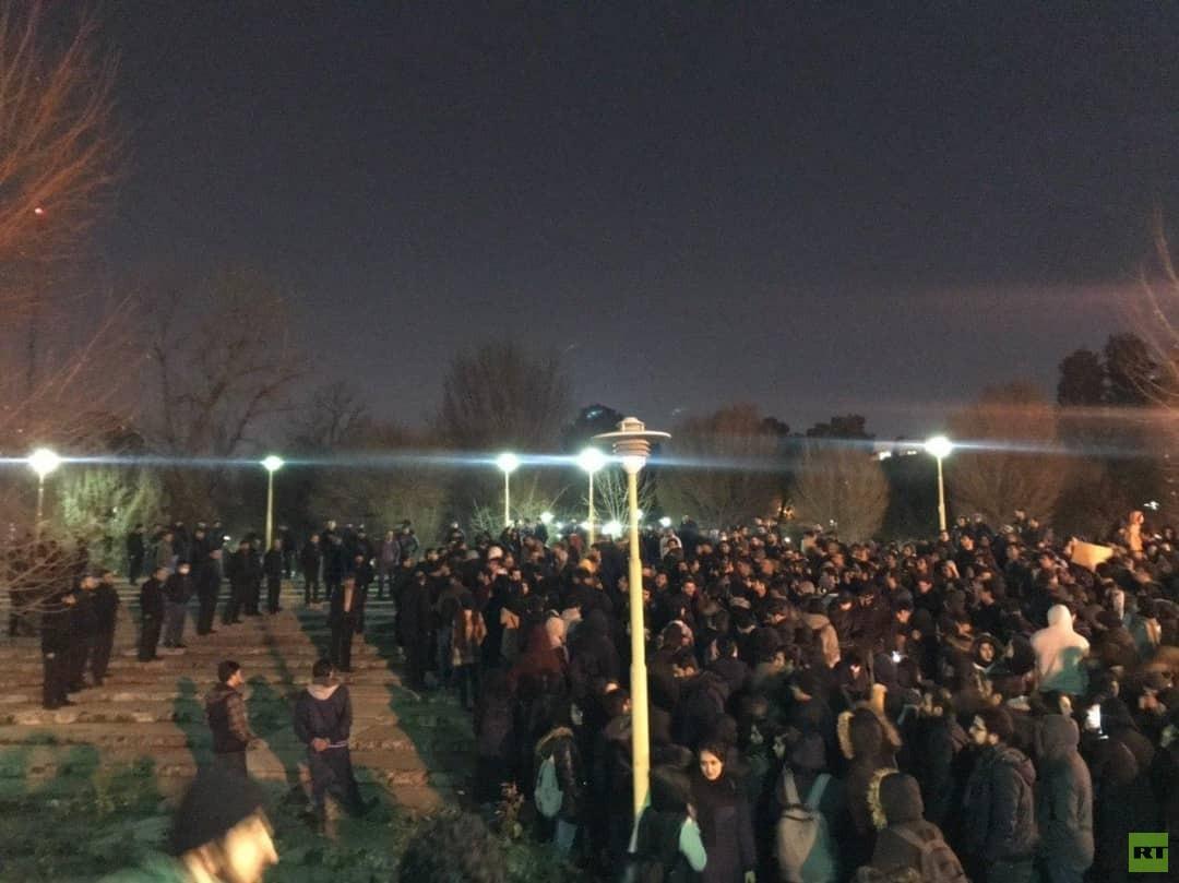 احتجاجات إيران تستمر.. شعارات ضد السلطات وشرطة طهران تفرق المظاهرات بالغاز المسيل للدموع