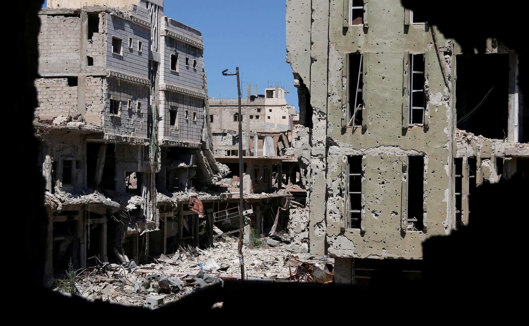 أنقاض مبان مدمرة في مدينة درعا السورية