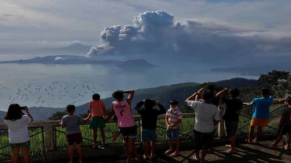 إجلاء الآلاف مع دوي انفجارات بثاني أنشط براكين الفلبين